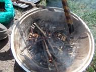 Dann gestalten wir unsere Äste mit Hilfe von geschnitzen Mustern über dem Feuer